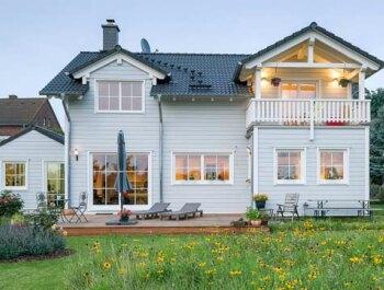 Holzh user massiv individuell holzh user von stommel haus for Villa einrichten